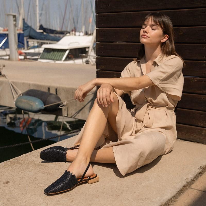 Negro. Zapatos planos de punta cerrada cuadrada destalonados, de rafia primavera verano 2021. 21062 NADRA