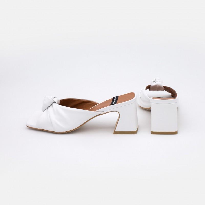 blanco NIZAM Mule de piel con nudo de tacón asimetrico ancho. Zapatos mujer sandalias verano 2021. Ángel Alarcón 21027-528B