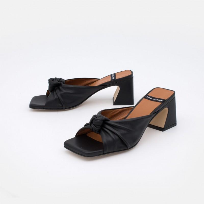 NEGRO NIZAM Mule de piel con nudo de tacón asimetrico ancho. Zapatos mujer sandalias verano 2021. Ángel Alarcón 21027-528B