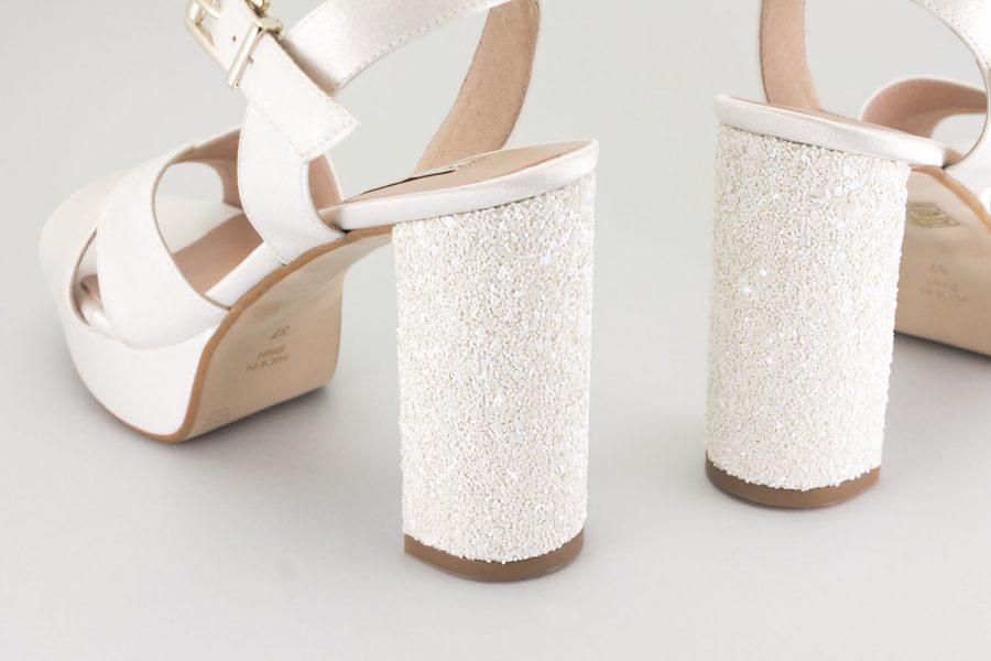 Zapatos comodos de novia con plataforma y tacon ancho. Sandalias de novia atados y sujetos