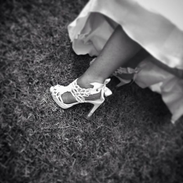 Sandalia de novia con protector de tacón (cubretacones) consiguiendo unos zapatos cómodos.