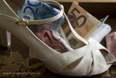 zapato de novia con billetes de euro