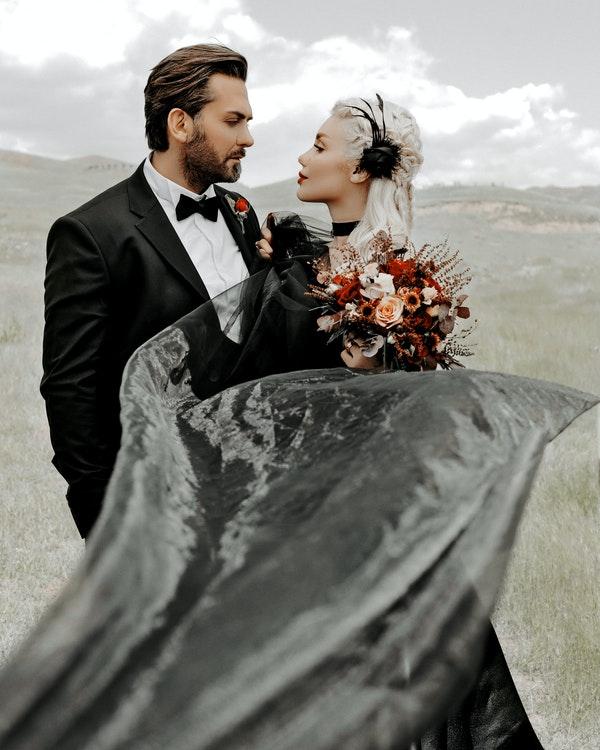 boda novia y novio de negro