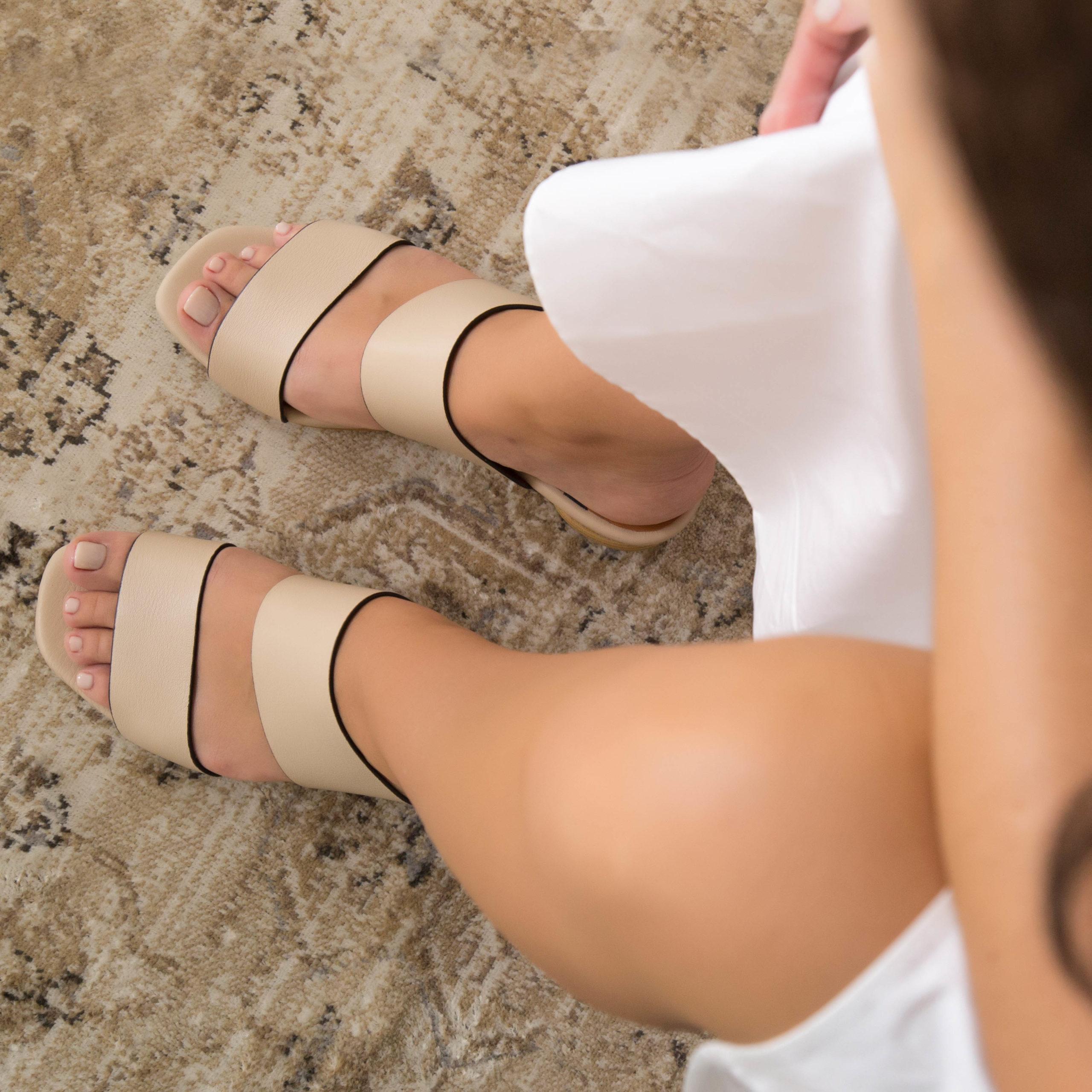zapatos color nude tacon madera redondo FEROE - Sandalia de mujer de piel con tacón bajo i