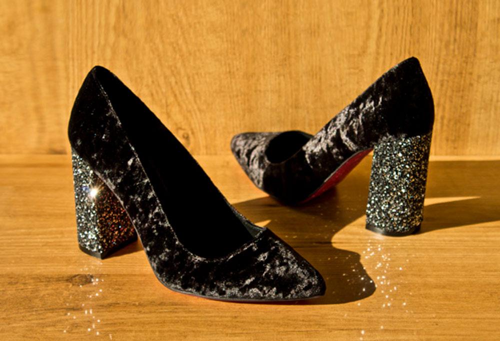 zapatos de terciopelo negro con glitter en el tacon