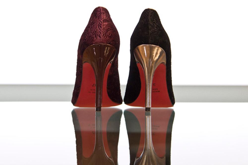 zapatos de terciopelo negro y burdeos de la marca Angel Alarcon stiletto de terciopelo con tacon alto