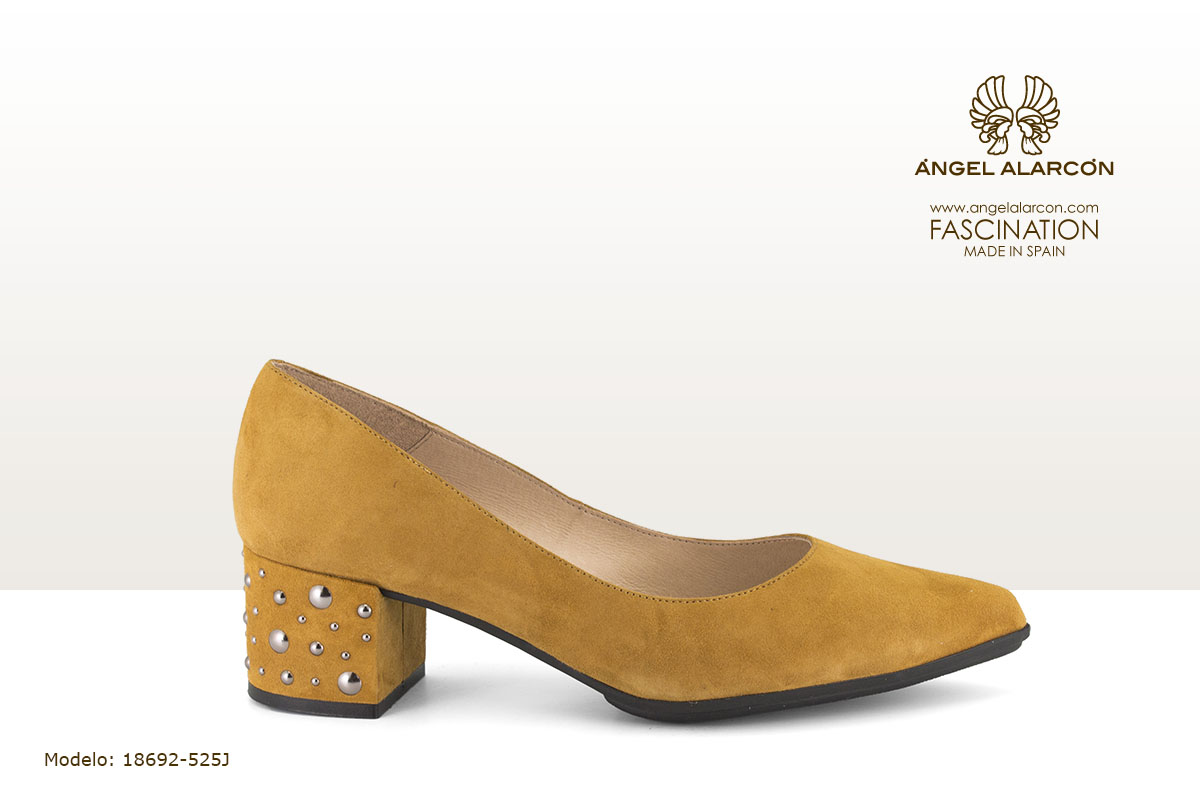 18692-525J zapatos invierno 2019 winter autumn shoes Angel Alarcon - salon de tacón bajo y ancho con tachas color amarillo mostaza