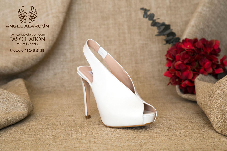 zapatos de novia 2019 de la marca Angel Alarcon 19245-513C de piel con talón descubierto, peep toe, tacón alto y plataforma delantera. Zapato muy alto