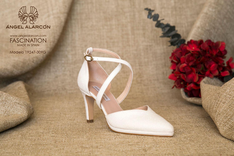 zapatos de novia 2019 de la marca Angel Alarcon 19247-309G d'orsay de punta cerrada con tacón medio y mini plataforma. Zapato de novia cómodo con tiras cruzadas.