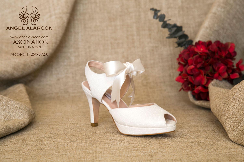 zapatos de novia 2019 de la marca Angel Alarcon 19250-392A Zapato de novia bajo de tacón medio y plataforma atado con lazo de raso. peep toe y talón descubierto.