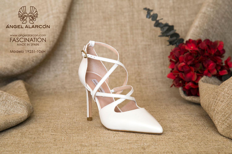 zapatos de novia 2019 de la marca Angel Alarcon 19251-106H Stiletto de novia con tacón alto y punta fina, d'orsay de tiras cruzadas.