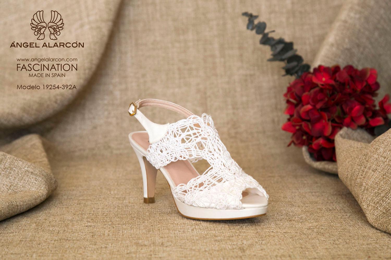 zapatos de novia 2019 de la marca Angel Alarcon 19254-392A CORDELA, hilo bordado, de tacón medio alto y plataforma delantera. Sandalia de novia.