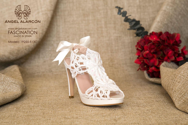 zapatos de novia 2019 de la marca Angel Alarcon 19255-523C CORDELA. Sandalia de novia de las más vendidas de la marca Ángel Alarcón. Atado con lazo de raso. Tacón alto y plataforma