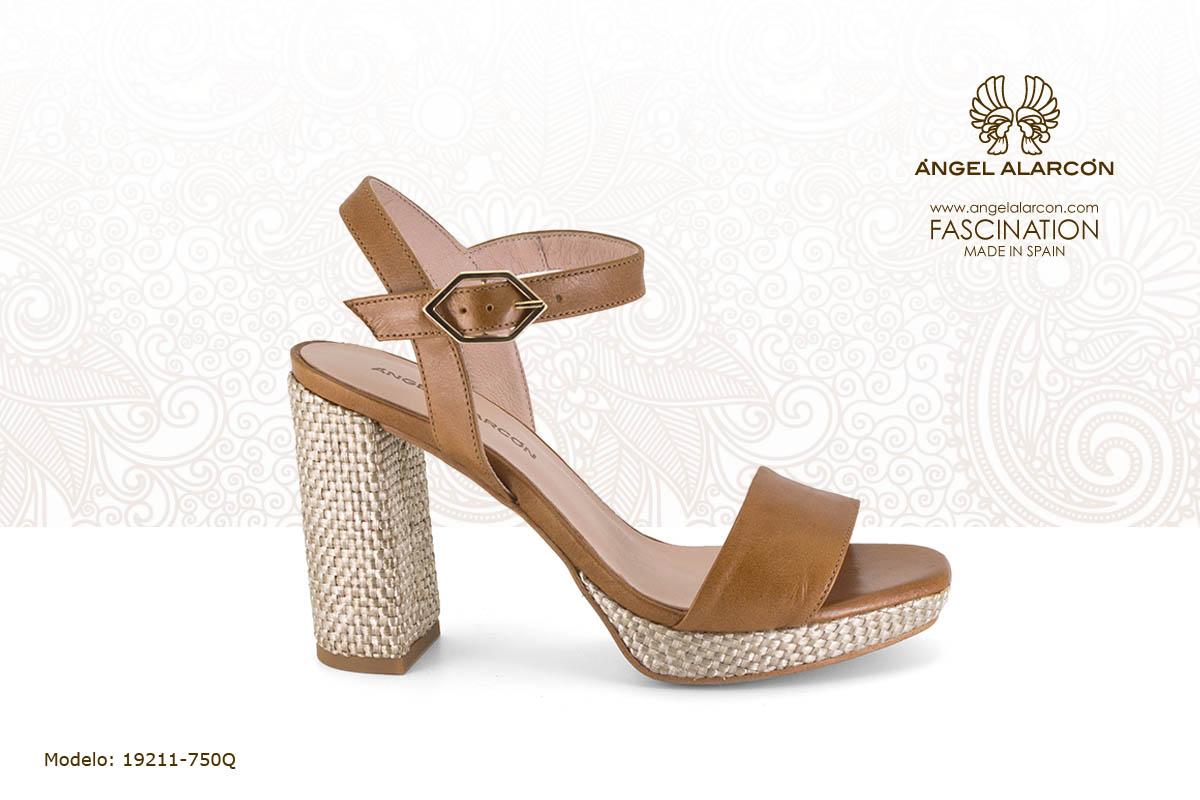 19 sandalia de tacon ancho alto y plataforma con hebilla camel - zapatos de vestir y fiesta de la marca Angel Alarcon - calzado de mujer - coleccion primavera verano 2019 - 19211-750Q